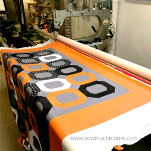 The Ooo Quilt is a fun and modern quilt! This quilt is a super easy and F-R-E-E pattern! There is even a great video tutorial! #quilt #modernquilting